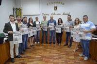 Vereadores recebem lembrança pelo dia do Imigrante Italiano